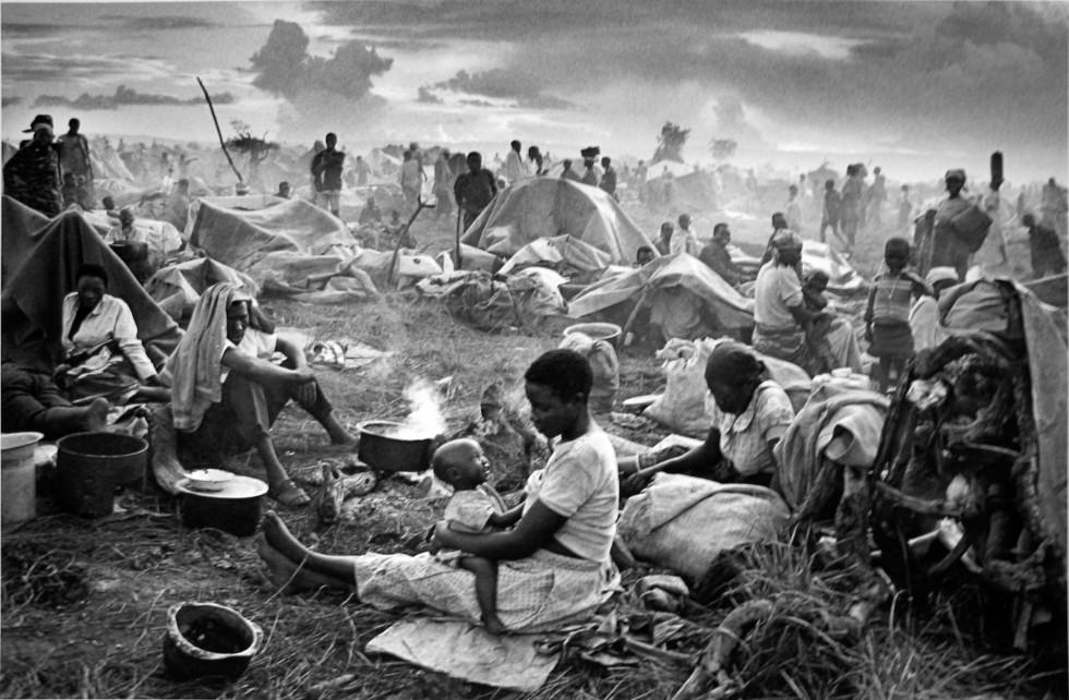 Rwandan refugee camp with mother and child, Tanzania, 1994. Sabastião Salgado